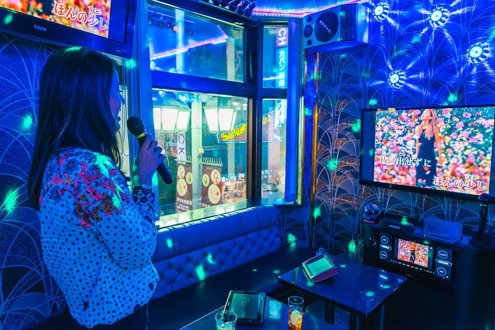 Punya Hobi Nyanyi Karaoke ? Simak Fakta Unik Berikut Ini Tentang Karaoke Yang Ternyata Dari Jepang !